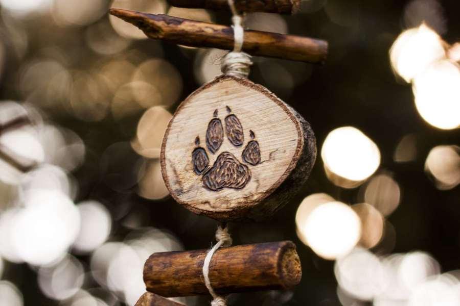Empreinte, patte de loup, étail d'une guirlande verticale en bois et chanvre bio, décoration personnalisable, animaux, artisanat français écoresponsable, atelier de La lettre aux ours, Missive to Bears