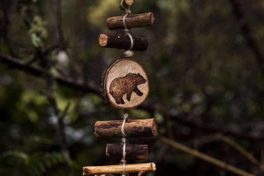 Ours, détail d'une guirlande verticale en bois et chanvre bio, décoration personnalisable, animaux, artisanat français écoresponsable, atelier de La lettre aux ours, Missive to Bears