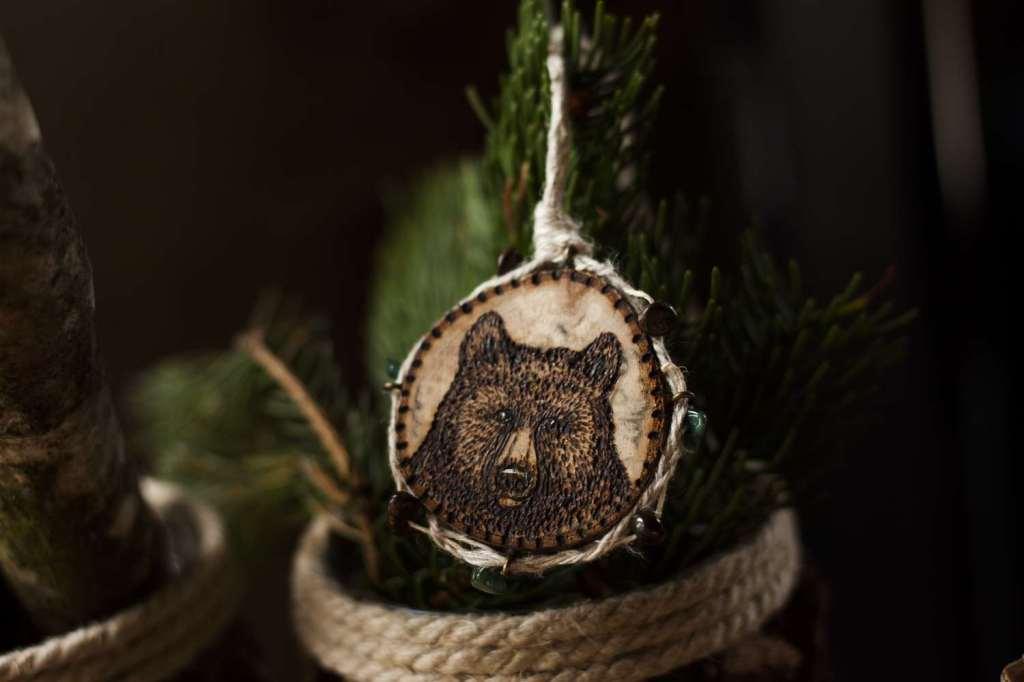 Tête d'ours gravée, bijoux, Amulette collier en bois naturel, chanvre bio et pierres fines naturelles fabriqué par l'atelier de la Lettre aux ours - Missive to Bears, artisanat écologique et français en Normandie