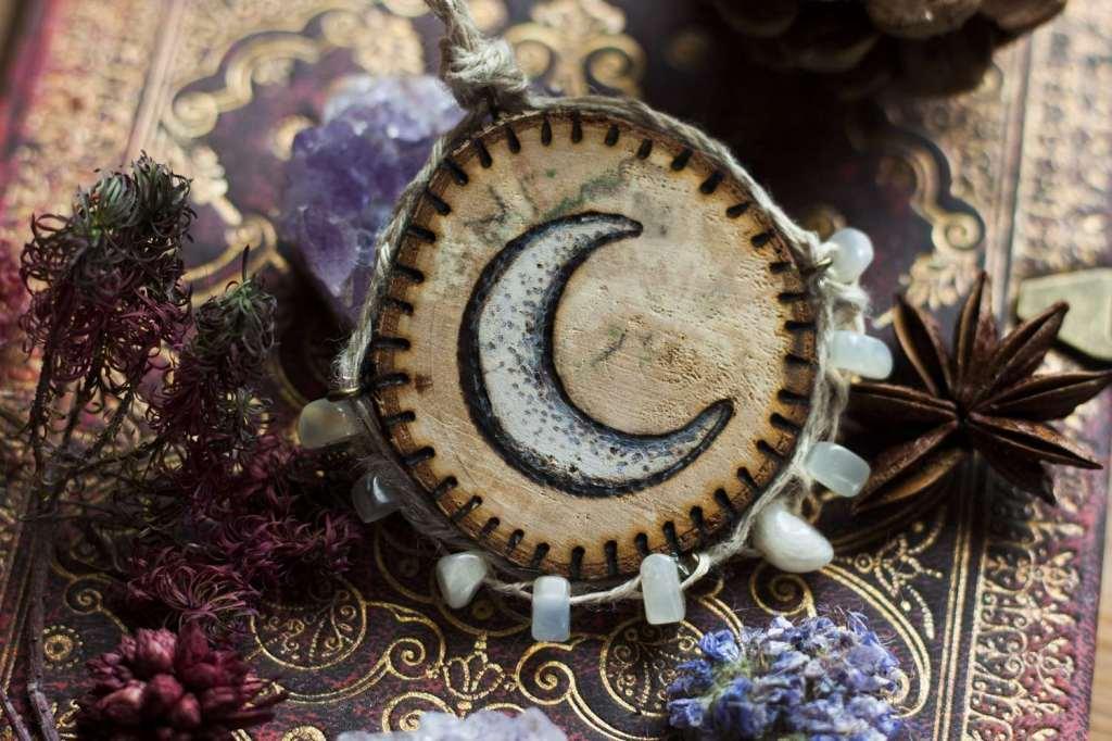 Croissant de lune, sorcière, bijoux, Amulette collier en bois naturel, chanvre bio et pierres fines naturelles fabriqué par l'atelier de la Lettre aux ours - Missive to Bears, artisanat écologique et français en Normandie