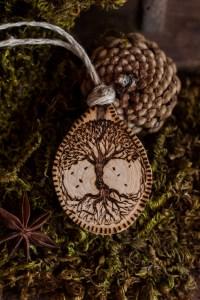 Collier-amulette Arbre de vie en bois et chanvre bio fabriqué en France par l'atelier de La lettre aux ours - Missive to Bears, artisanat français et écologique