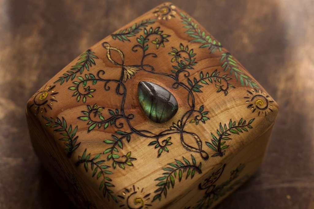 Couvercle d'un petit coffret en bois massif pyrogravé et peint d'arabesque et incrusté d'une pierre fine Labradorite verte naturelle par l'atelier d'artisanat français écoresponsable La lettre aux ours - Missive to Bears