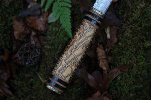 Alfar puukko chasse luxe couteau grande lame damas viking nordique fabriqué par la forge d'asgeir et pyrogravé par l'atelier de la Lettre aux ours - Missive to Bears, artisanat français et écologique en Normandie