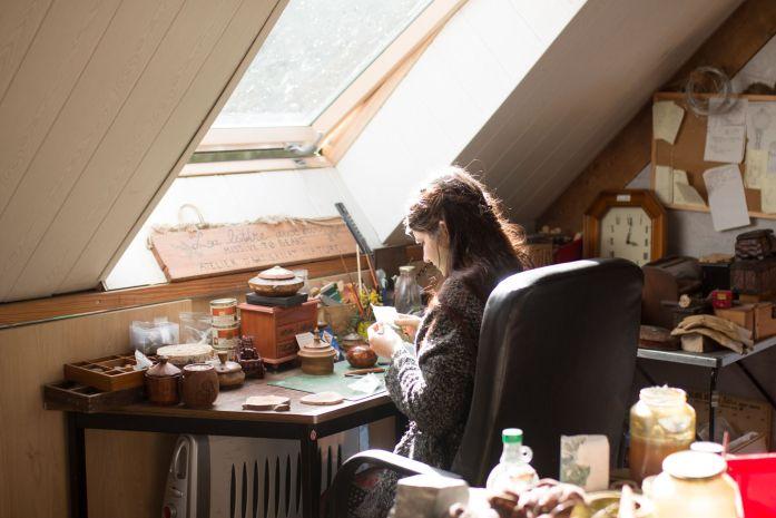 Lucie Braillon, créatrice de l'atelier de la Lettre aux ours - missive to bears,artisanat français et écologique en Normandie utilisant des pierres précieuses et fines fairtrade ethique fair mined