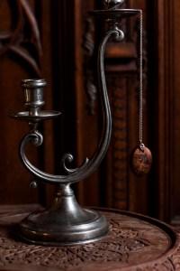 Collier, reproduction historique d'un motif ornemental, cuir orné de dorures style Louis XIII, Amulette, bois, ronce de noyer, ethique, argent 950 recyclé, ornementation, baroque, collier, pendentif, bois, gravé, bijoux, écologique, missive to bears, atelier de la lettre aux ours artisanat français en normandie