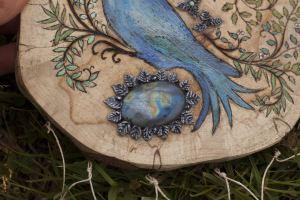Décoration murale en bois et pierres fines, colibri, oiseau bleu, nature, artisanat français et écologique, atelier de la lettre aux ours, missive to bears, made in normandie