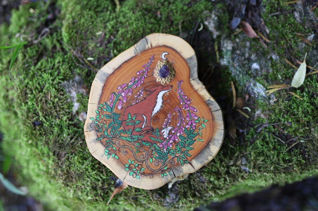 renard roux peint sur bois d'if et améthyste incrustée, peinture naturelle, digitales, décoration, bois, artisanat écologique, atelier de la lettre aux ours, missive to bears, normandie