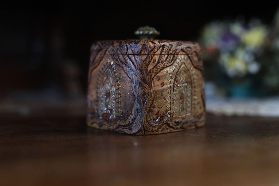 Coffret, merisier, sculpté, elfique, hobbit, église, saison, arbre de vie, artisanat français, boîte en bois, atelier de la lettre aux ours, missive to bears, écologique