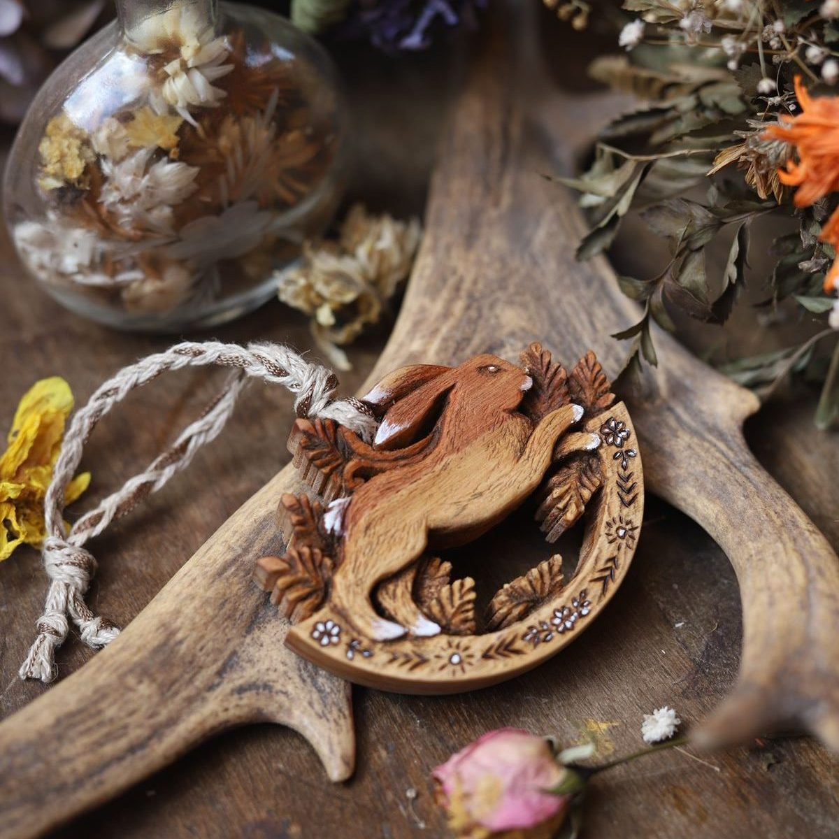 Lapin, sculpture, décoration, bois, artisanat français, pâques, ostara, printemps, atelier de la lettre aux ours, missive to bears, écologique