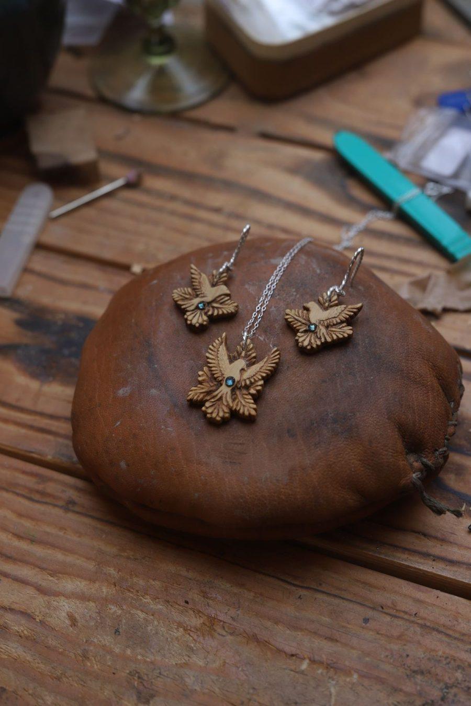 Parure, bijoux, ethique, écologique, bois sculpté, oiseau, sculpture, artisanat français, saphir bleu