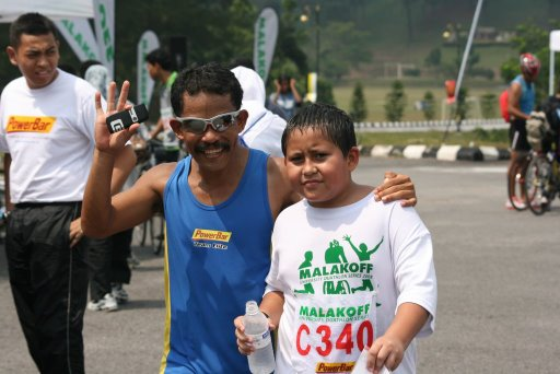 Ironman Major Kalam and triathlete/duathlete son Dayan. Major Kalam is also a personal friend of mine, and is part of the Powerbar Team Elite. This picture of Dayan is taken after he completed the final MUDS leg in UPNM. Bravo Dayan !!