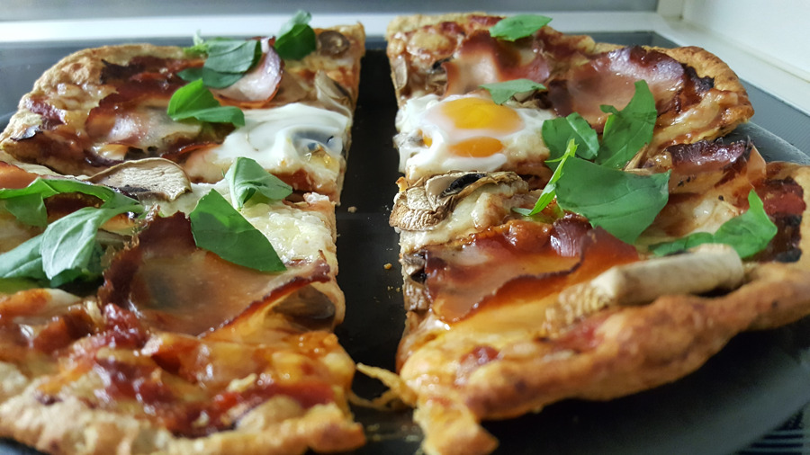 Paleo Low Carb Pizza mit Fleischkruste
