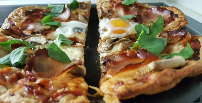 Low Carb Pizza mit Fleischkruste