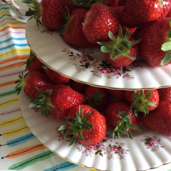 misskittenheel vintage plussize style erdbeeremalanders strawberry table 02