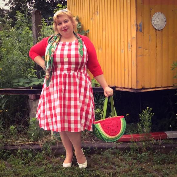misskittenheel vintage plussize pinup germancurves roadtrip lindybop red check souvenirs 02
