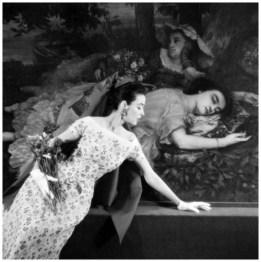Hubert de Givenchy (né en 1927). Robe en organdi blanc brodé d'un semis de roses. Bande unie autour du décolleté. Coiffure à voile triangulaire. Organdi de Brivet. Musée du Petit Palais, Paris (8ème arr.), printemps-été 1955. . Mannequin : Dorian Leigh. Photographie d'Henry Clarke (1918-1996), publiée dans Vogue France, avril 1955, page 76. Galliera, musée de la Mode de la Ville de Paris. Dimensions : 6 x 6