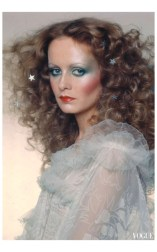 Twiggy Vogue december 1974