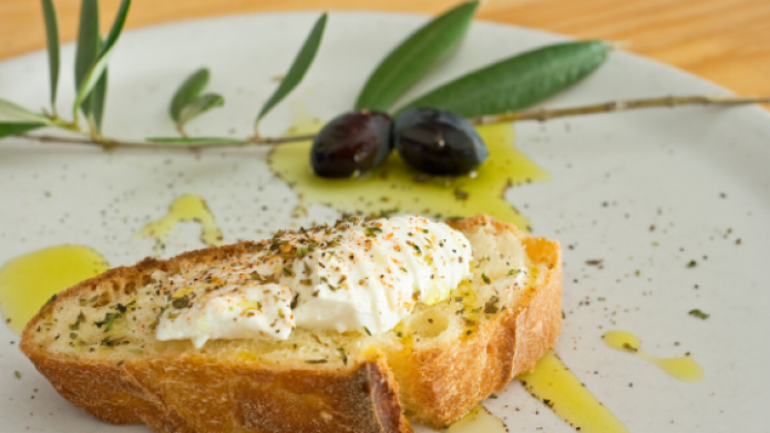 Extra virgin olive oil contains powerful antioxidants that make it real brain food. The polyphenols from olive oil can improve learning and memory, and are thought to even reverse ageing and disease-related changes.
