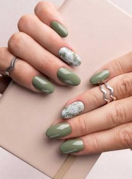 Medium green summer nails with flowers design