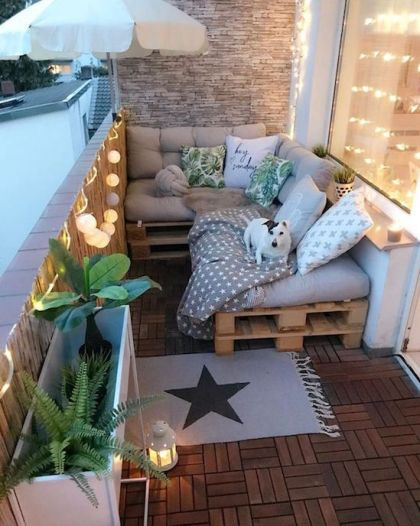 Small balcony bench made with wood pallets. how to use pallet wood for furniture.