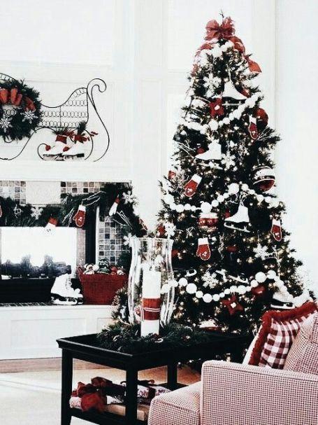 Traditional Christmas tree decorating idea