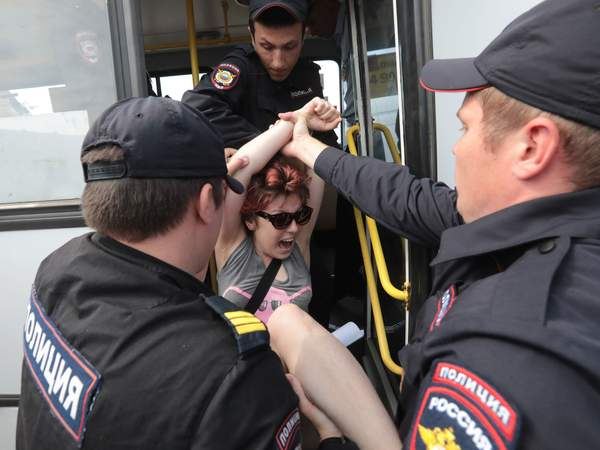 Russian police arrest 25 gay rights activists