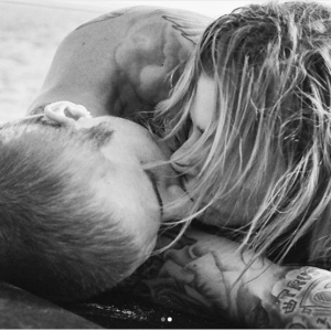 Moments Justin Bieber and wife shared kiss on a beach