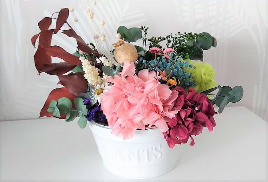 Centro de flores preservadas en tina
