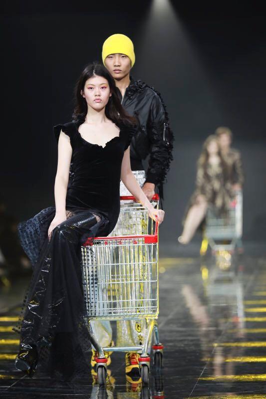 "La sfilata ""MY$€££F"" di Yezael di Angelo Cruciani a Shangai"
