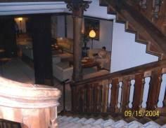 También en nuestra visita de 2004 dentro del palacio ya convertido en parador, fotografiamos estas tres bolas de energía en mitad del vestíbulo.