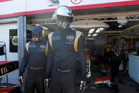 Les Daft Punk devant le stand Lotus F1