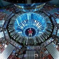 L'elettrone sferico che confuta la Supersimmetria e fa sperare nell'antimateria.