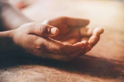 手のひらが痒いのは幸福の前兆?スピリチュアル的な5つの意味と左右別のメッセージを霊感家系の筆者が解説!