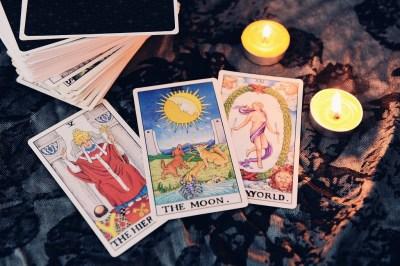 【月】タロットカードの意味は?正位置・逆位置・恋愛・仕事・健康・人間関係・金運など占いマニアの筆者が大解説!
