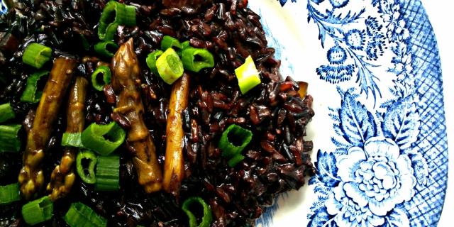 Risotto z czarnego ryżu ze szparagami. Wegańskie i bezglutenowe
