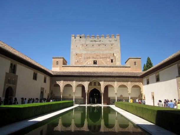 Patio de los Arrayanes con el Palacio de Comares y la Torre de Comares al fondo