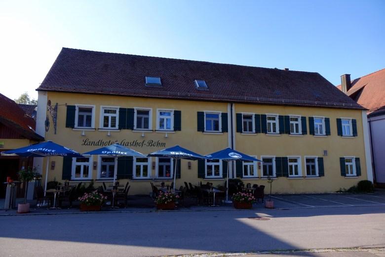 Beim Wandern darf auch das leibliche Wohl nicht zu kurz kommen: Gasthaus Böhm mit Biergarten