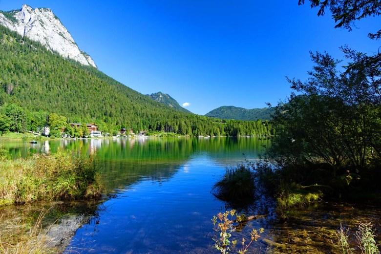 Wie ein Motiv auf der Postkarte wirkt der Hintersee bei Ramsau im Berchtesgadener Land