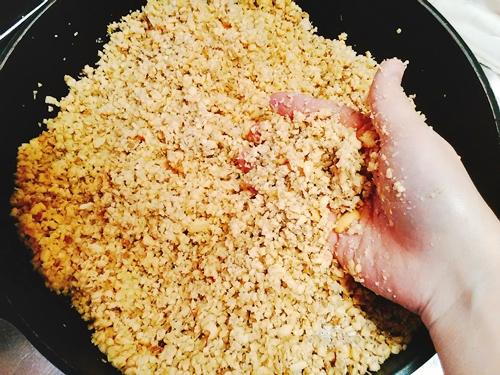 大豆と麦麹を混ぜる
