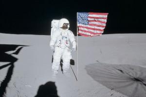 astronaut-edgar-moon-walk