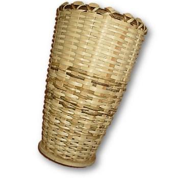 Holzkorb aus Haselnusszweigen