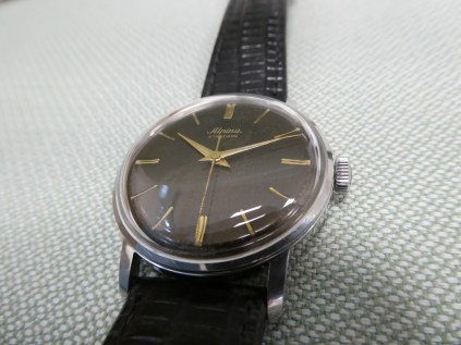 Photos do not justify the coffee brown dial