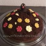 Maulwurfkuchen mit Marzipanblumen und Maulwurf