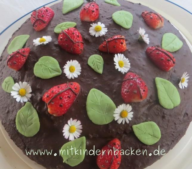 Canachetorte mit Erdbeeren, Gänseblümchen und Marzipanblättter, Kuchen für das Backen mit Kindern