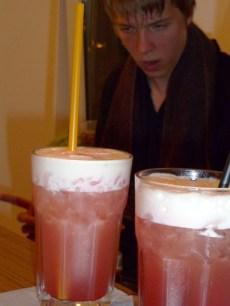 Der beliebteste Drink: Pink-Flip, im Hintergrund: der Barkeeper