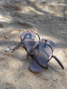 Schuhe im Sand am Meer.
