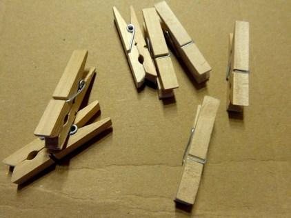 Material: kleine Wäscheklammern aus Holz