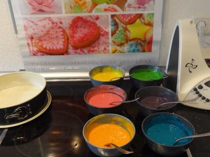 In kleinen Schüsseln wird der Teig mit der Lebensmittelfarbe gemischt.