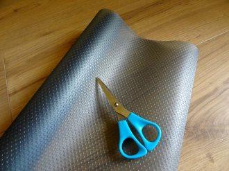 Material: Schubladenmatte und Schere