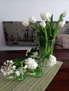 Blumendeko in Grün und Weiß